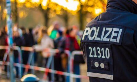 Sperrung der Straße durch die Polizei